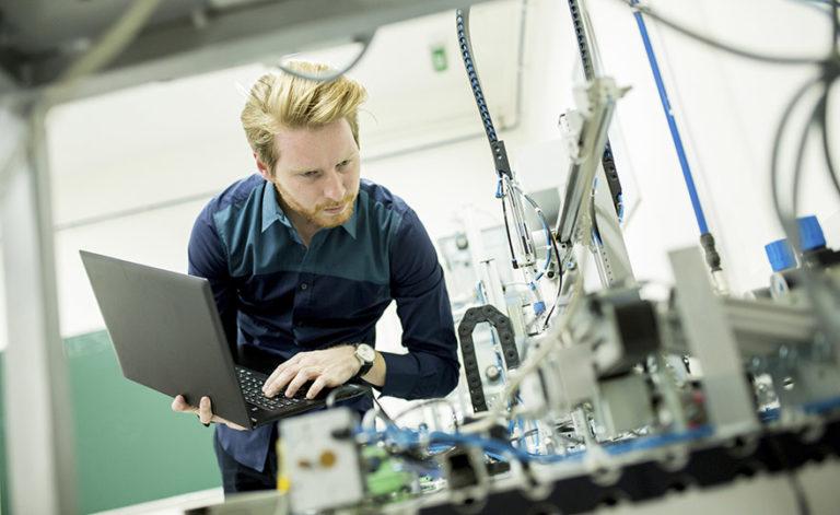 Ingenieur, der Validierungskomponenten entwickelt